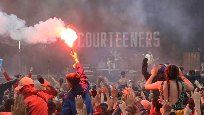 Courteneers Smoke and Flares